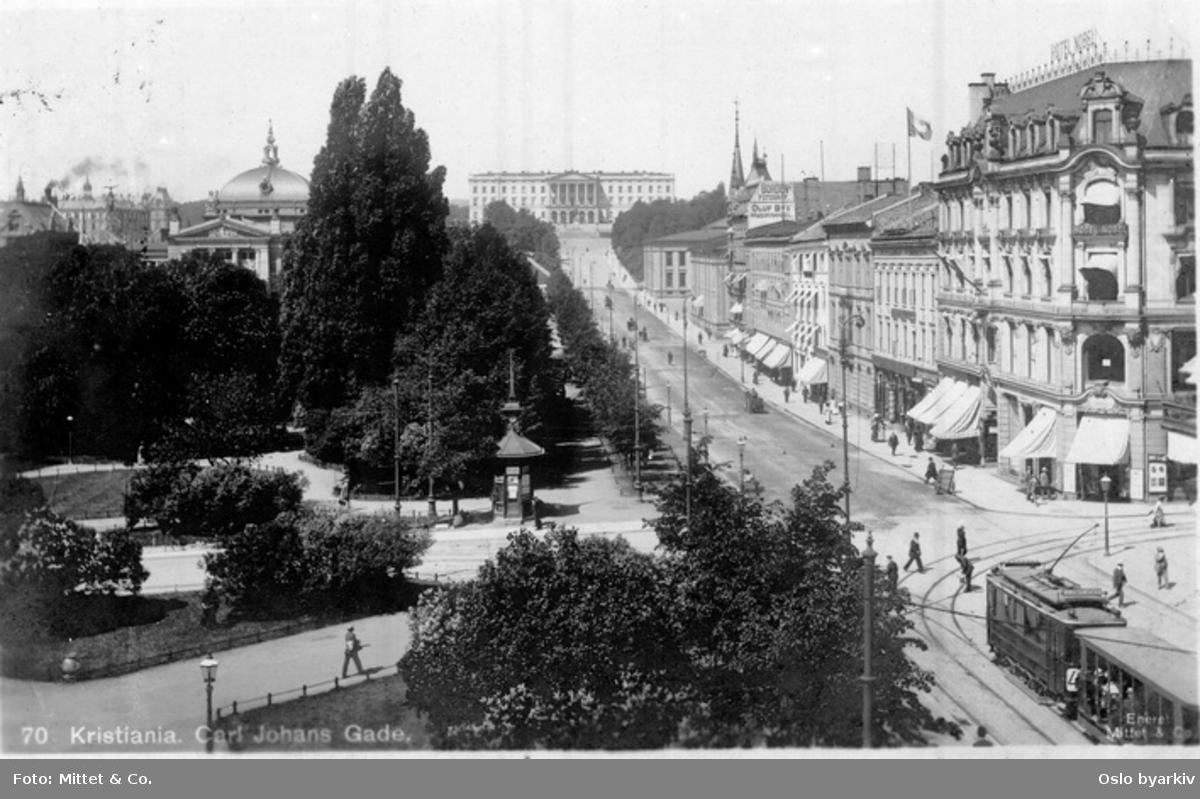 Karl Johans gate fra Rosenkrantz' gate mot Slottet. Eidsvolls plass. Hotel Nobel (fra 1901) til høyre. Trikk, hesteekvipasjer, spaserende. Narvesens tårnkiosk. Gatelykter. Postkort 70.