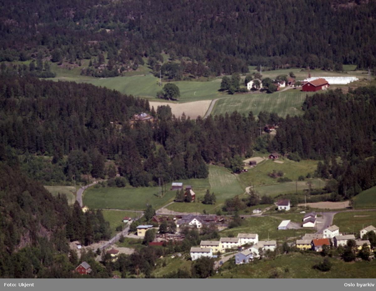 Skulleruddumpa, der Norstrandsveien kommer ut i Enebakkveien (nåværende E6). Skullerud gård i bakgrunnen. (Flyfoto)