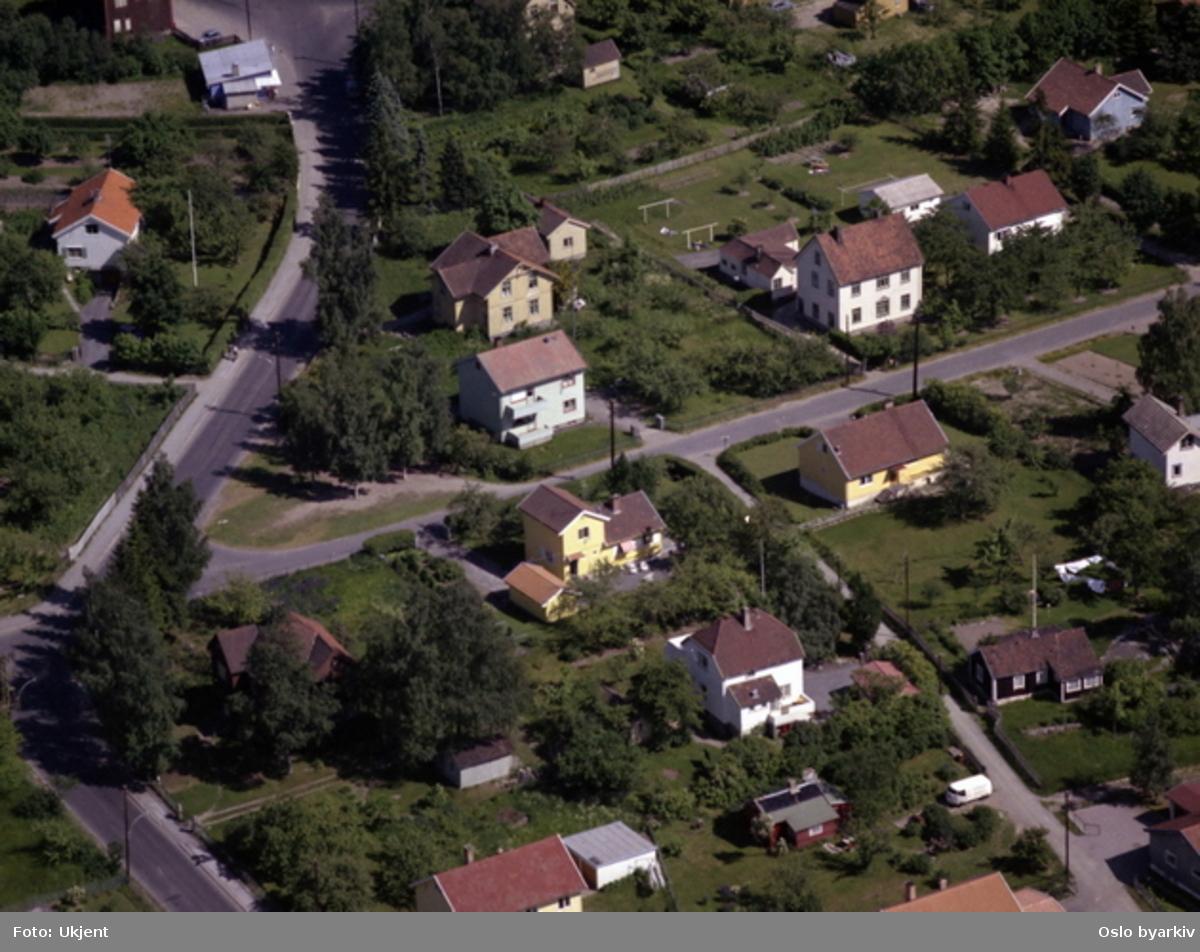 Raschs vei til venstre, med Olabua (kjent kiosk) bakerst. Bernt Knudsens vei i midten, med Ringhusstubben. (Flyfoto)