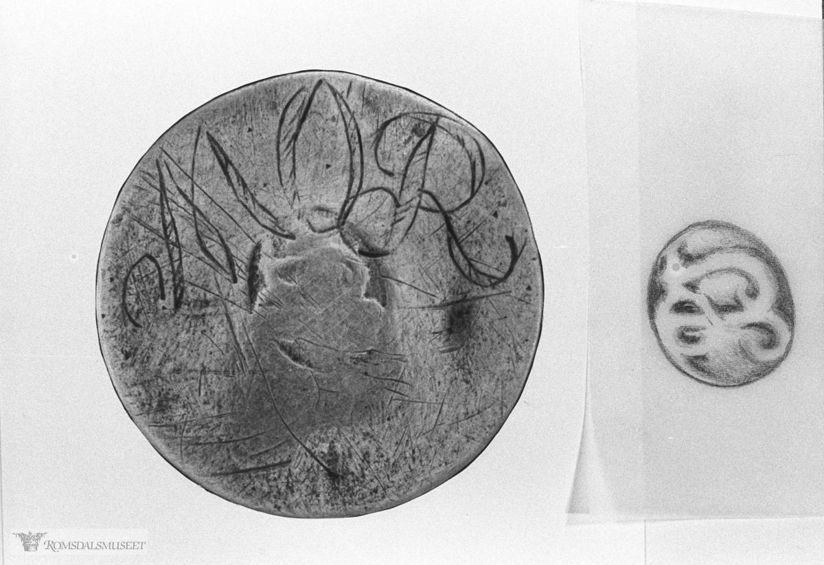 Sølvknapp fra Nesjestranda. Om denne halsknappen, se Romsdalsmuseets årbok 1983 side 49-51 og bilde nr 3349D.
