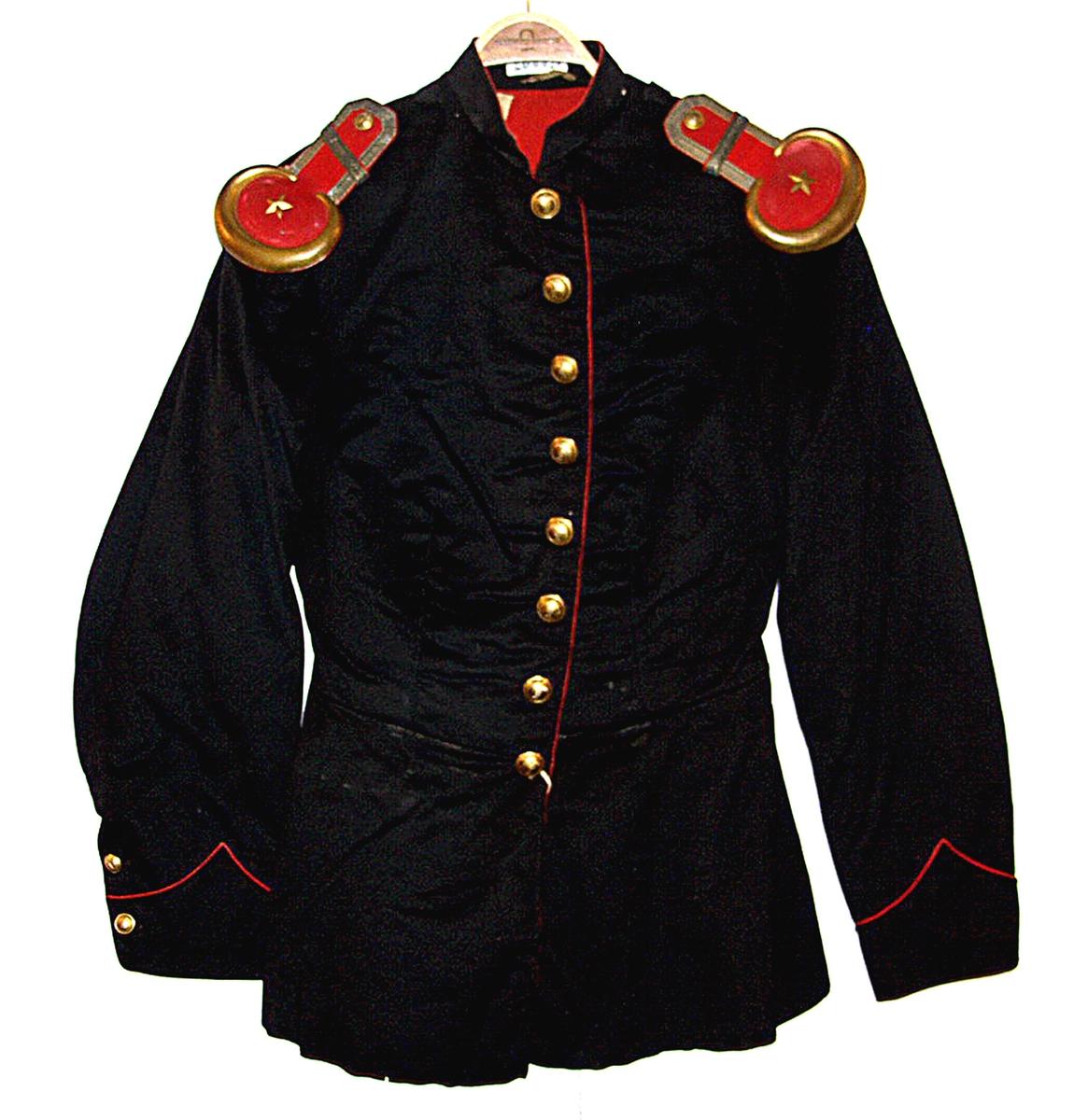 Løytnants uniform:jakke og lue.  Giver. Dr. Dørum, Elverum. Frivilig i krig 1864.  Høy lue (sjakot eller sjakå) brukt 1810-1870, stivet med skjold og kokande knapp med 1 dusk på toppen.  Jakke. rødt for, rød biser, linfor i ermer.  8 knapper i messing. Hoftestykke med splitt. M. B. og 2 lommer, 6 pynte knapper. Ermer med albuesøm. Mansjett med splitt, 2 knapper.