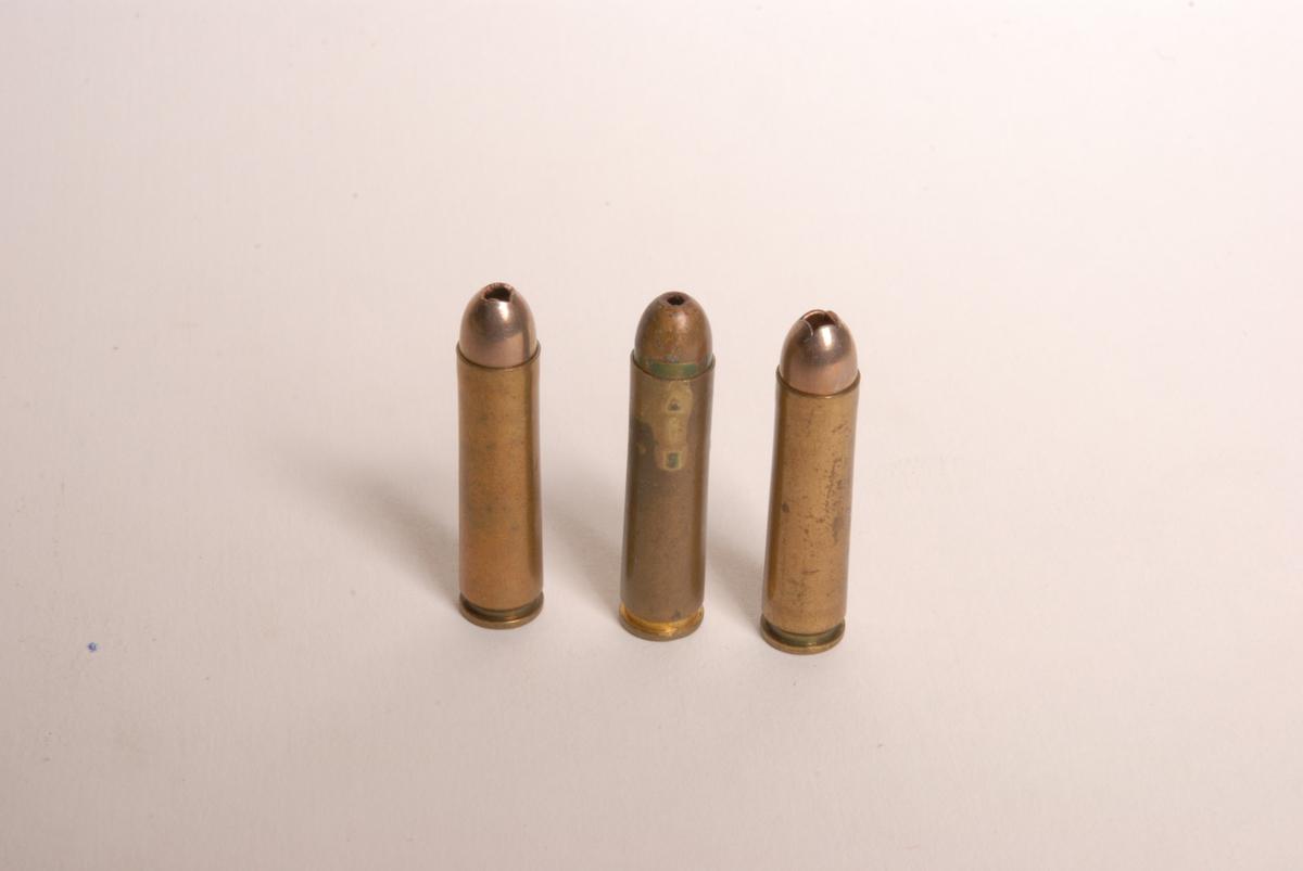 Patronene har nprsk kortholdsprosjektil som også er brukt i 30-06 fra Raufoss.