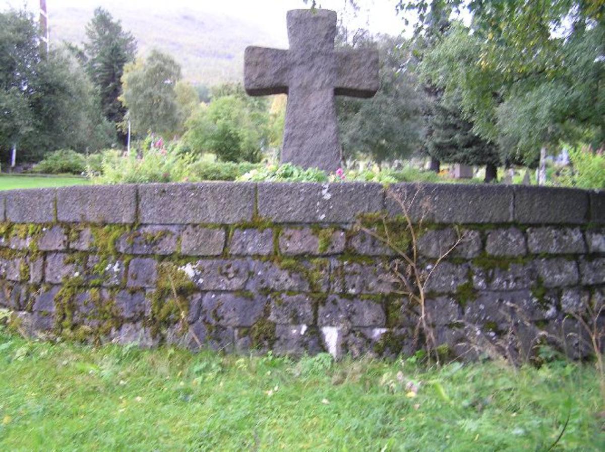 På kirkegården finnes navneplater over de gravlagte. Hovedmonumentet er utført av billedhugger Gunnar Janson og ble montert 1960. Kjøreanvisning: Narvik nye gravlund ligger i utkanten og nord for byen like ved E6. Den er synlig fra E6.