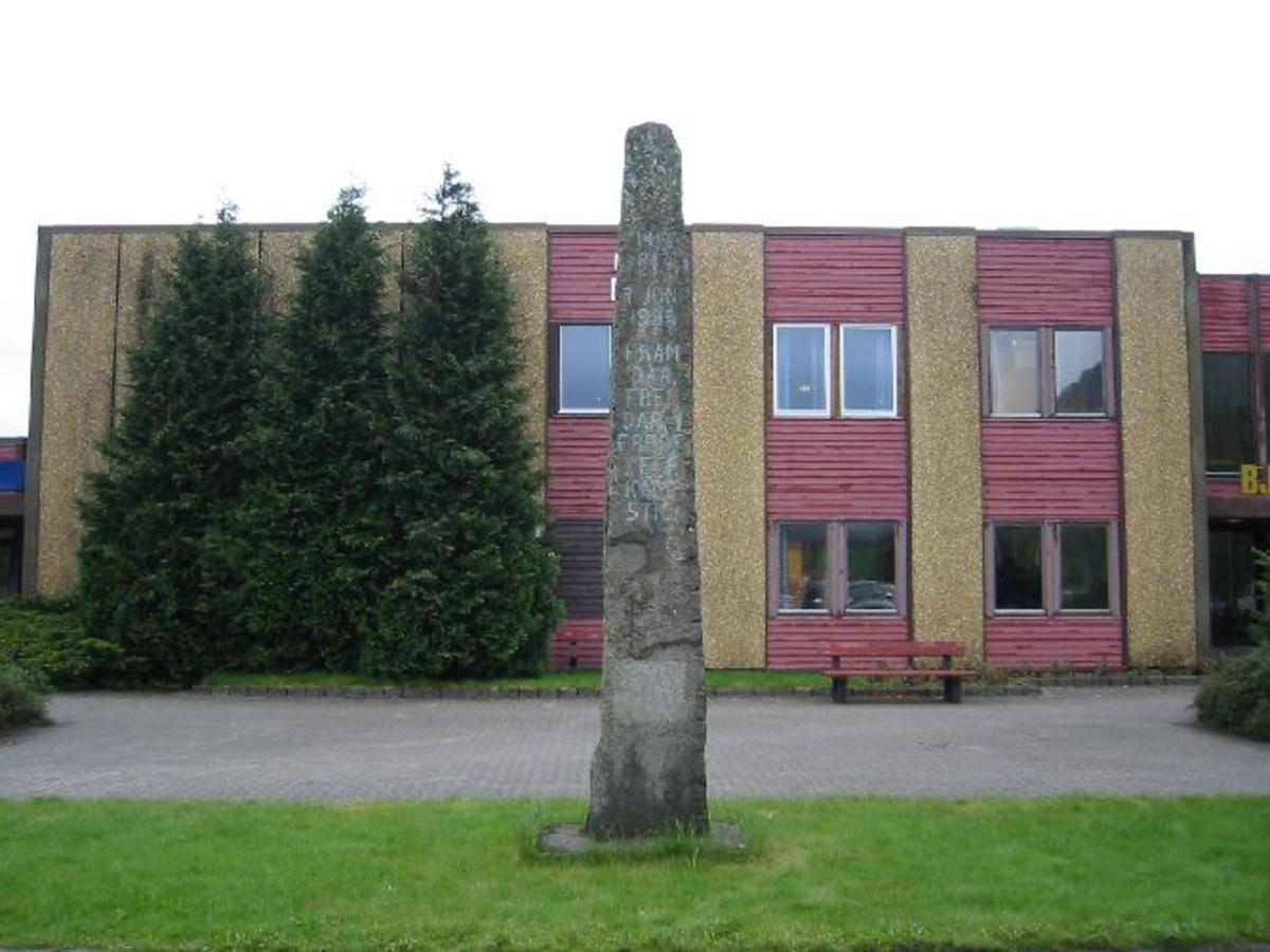 Bauta i granitt med inskripsjon. Høyde 5.m. Bredde 0,70 m. Dybde 0,35 m.