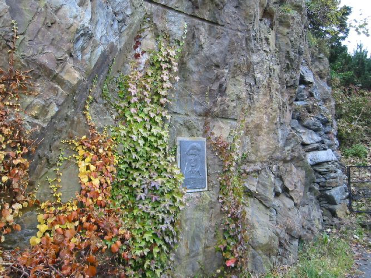 Skiferplate satt på fjell med påmontert bronseplate 0,57 m X 0,40 m.