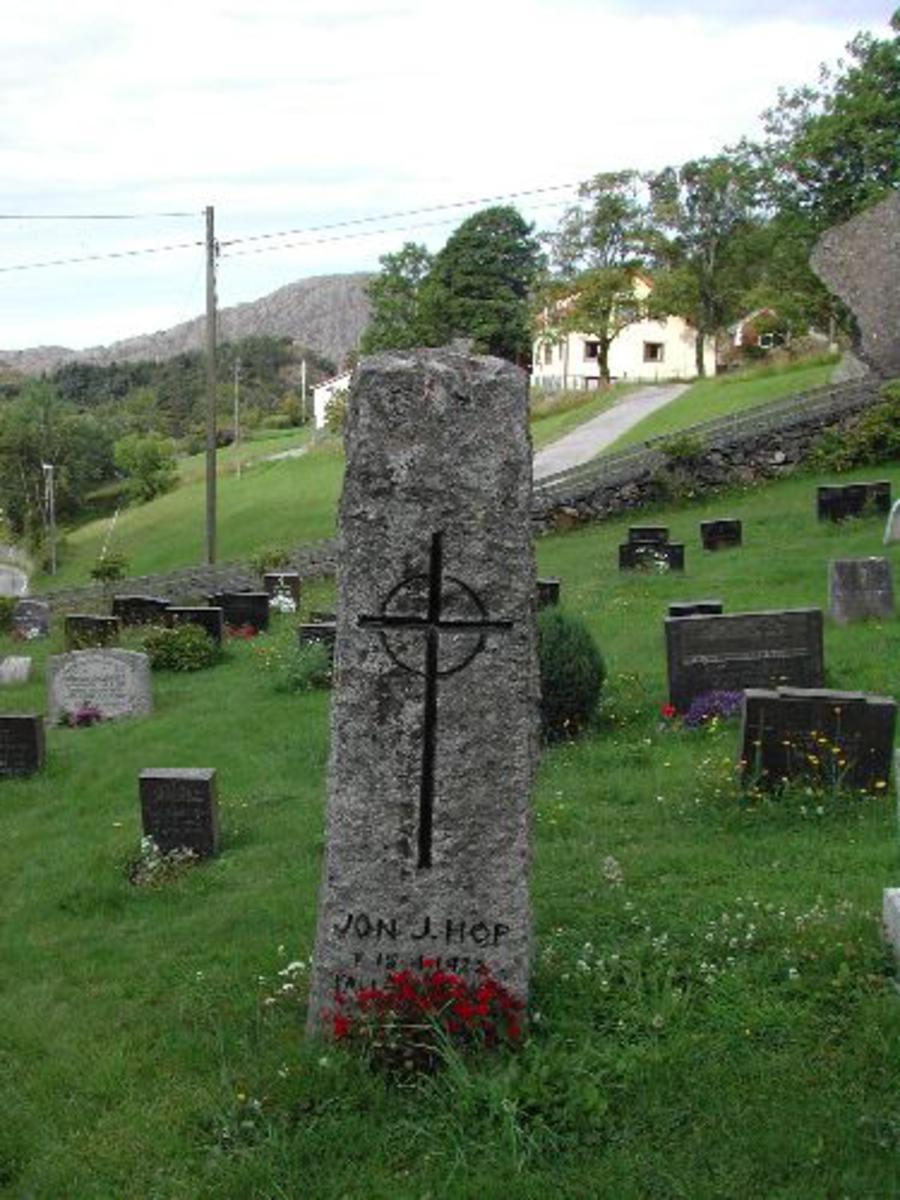 En obeliskforma, grovt tilhoggen stein. 180 cm høg og 57 cm x 36 cm nede.