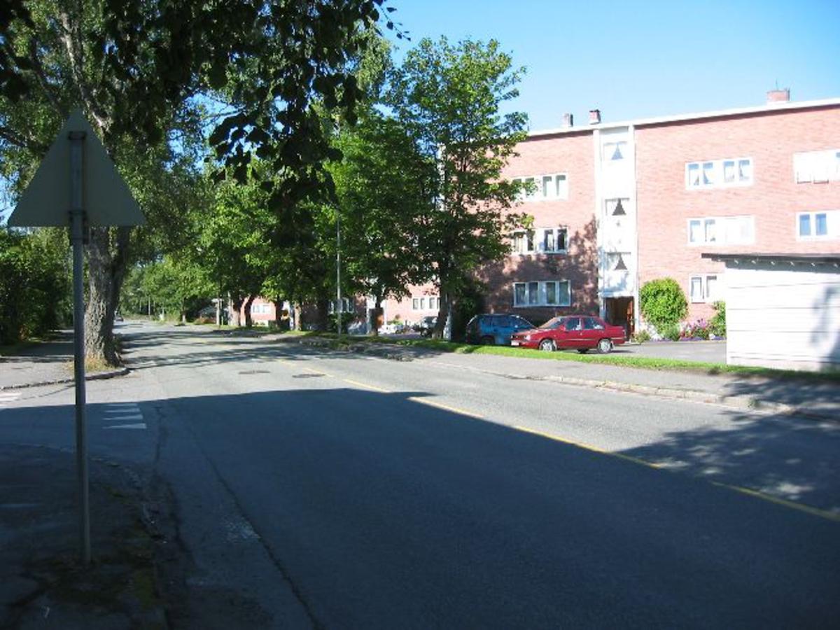 Flere bygninger med kontorer, ridehus, staller ol. I dag er elt borte og to boligblokker står på tomten