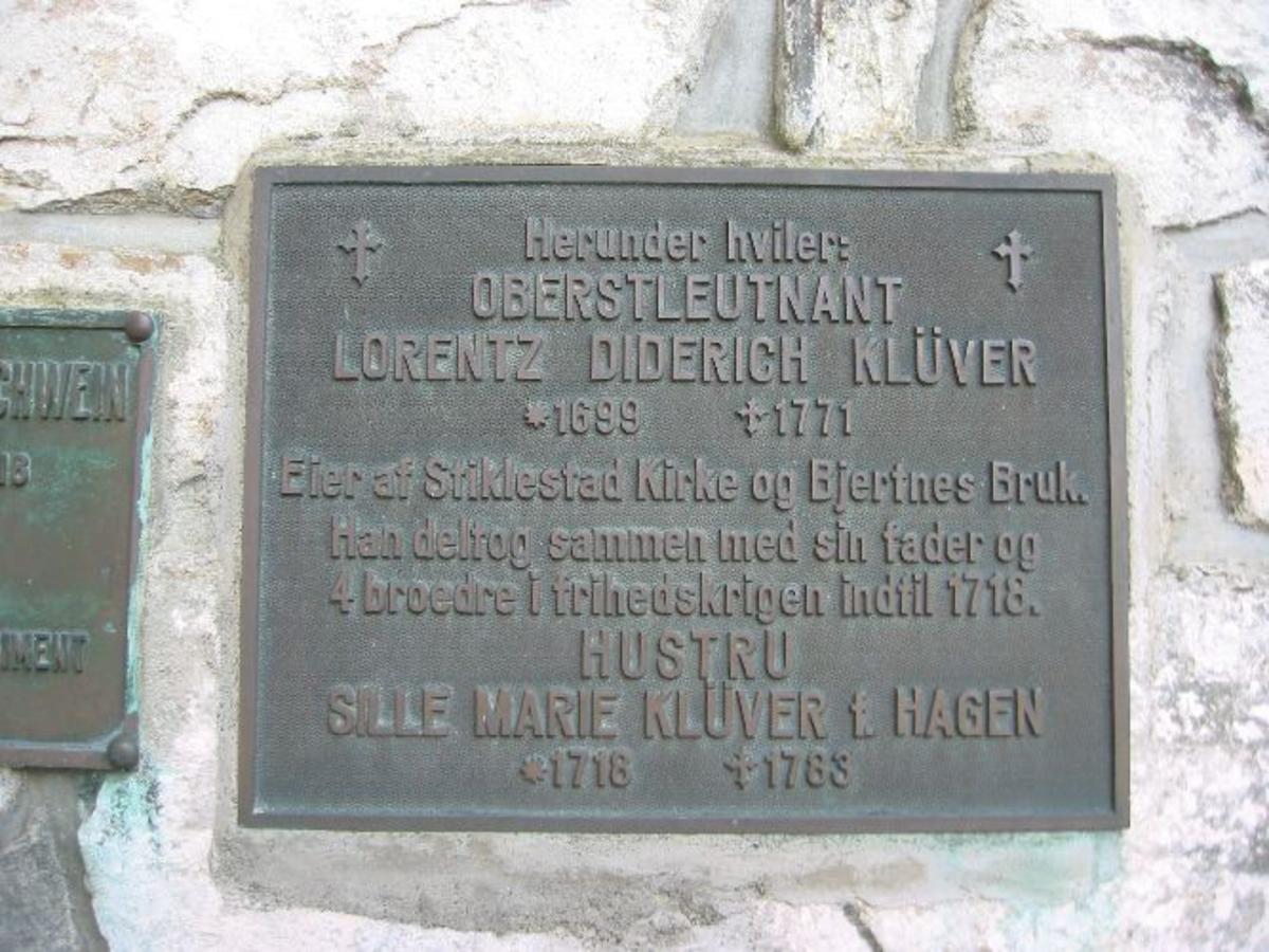 Metallplate på utsiden av Stiklestad kirke