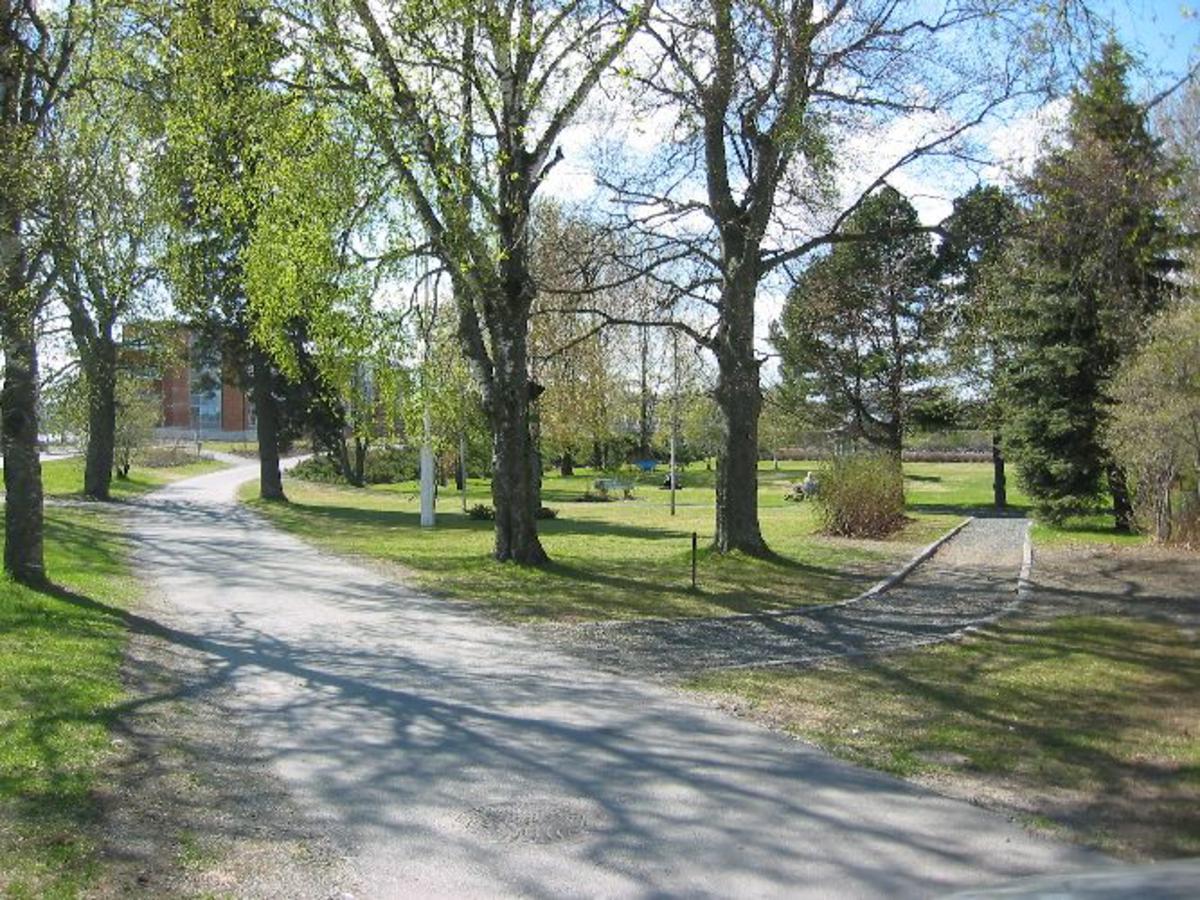 Samme park som i 1940, men noe utvidet. En minnebauta over verdalinger som falt i krigen og andre som falt i Verdal står i parken.
