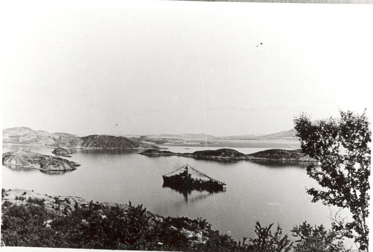 Motiv: Jageren STORD. Til ankers i Hamnbukt. Kongeferden 1946