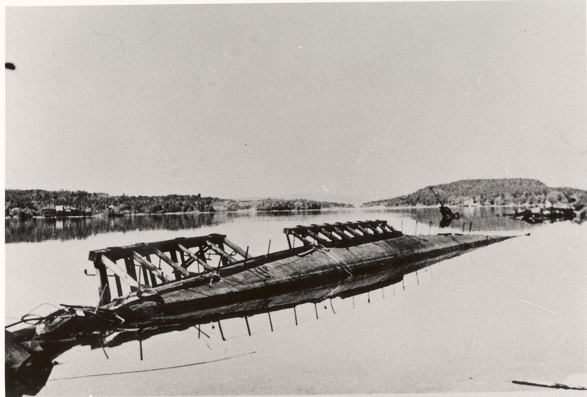 """Motiv: Jageren """"Bygg nr 129"""" veltet etter sabotasjen 27 september 1944"""