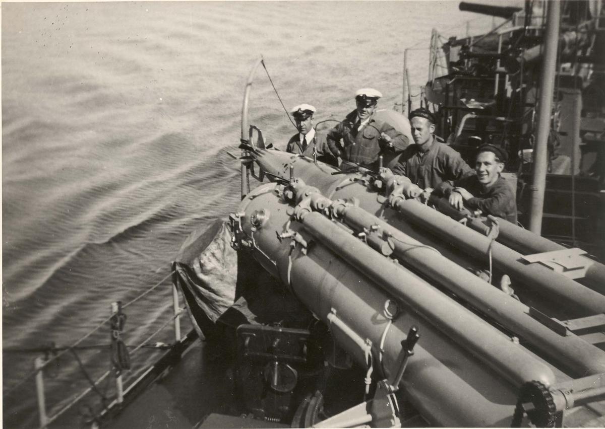 """Jageren """"Sleipner"""", klargjøring av torpedo."""