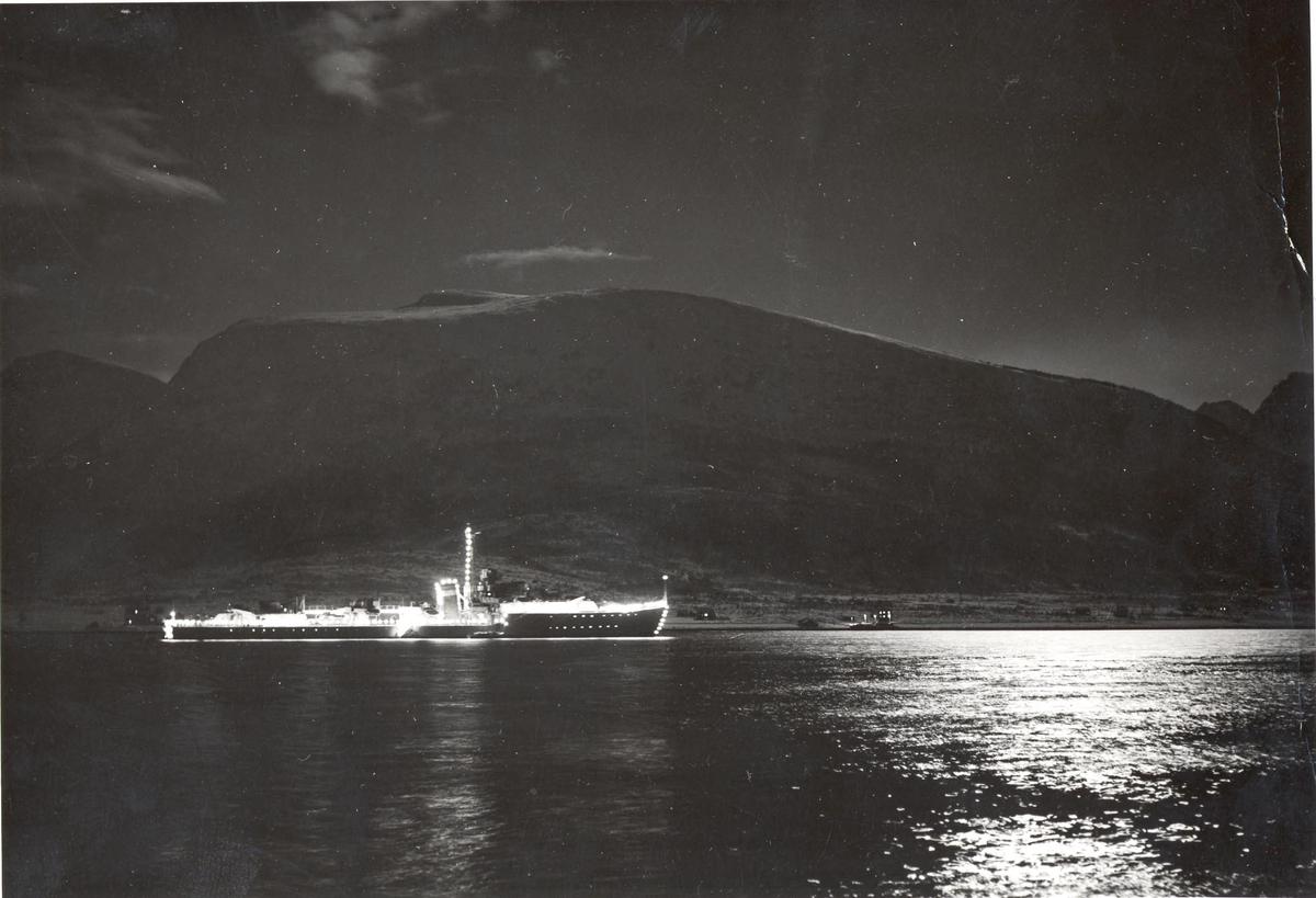 """KNM """"Bergen"""" i måneskinn. Sortland vinteren 1953. Sjef: Orlogskaptein SHjong."""