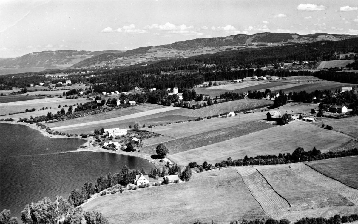 Flyfoto av Ringsaker kirke med omegn.