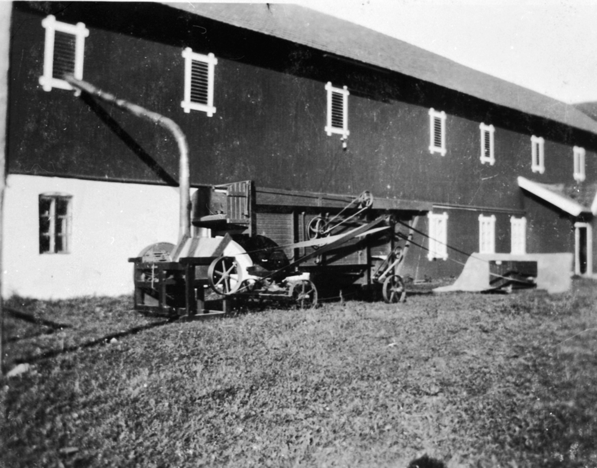 Globus treskeverk med elektrisk motor og drivreim. Innblåsingsrør til låven. Buttekvern gård, Brumunddal.