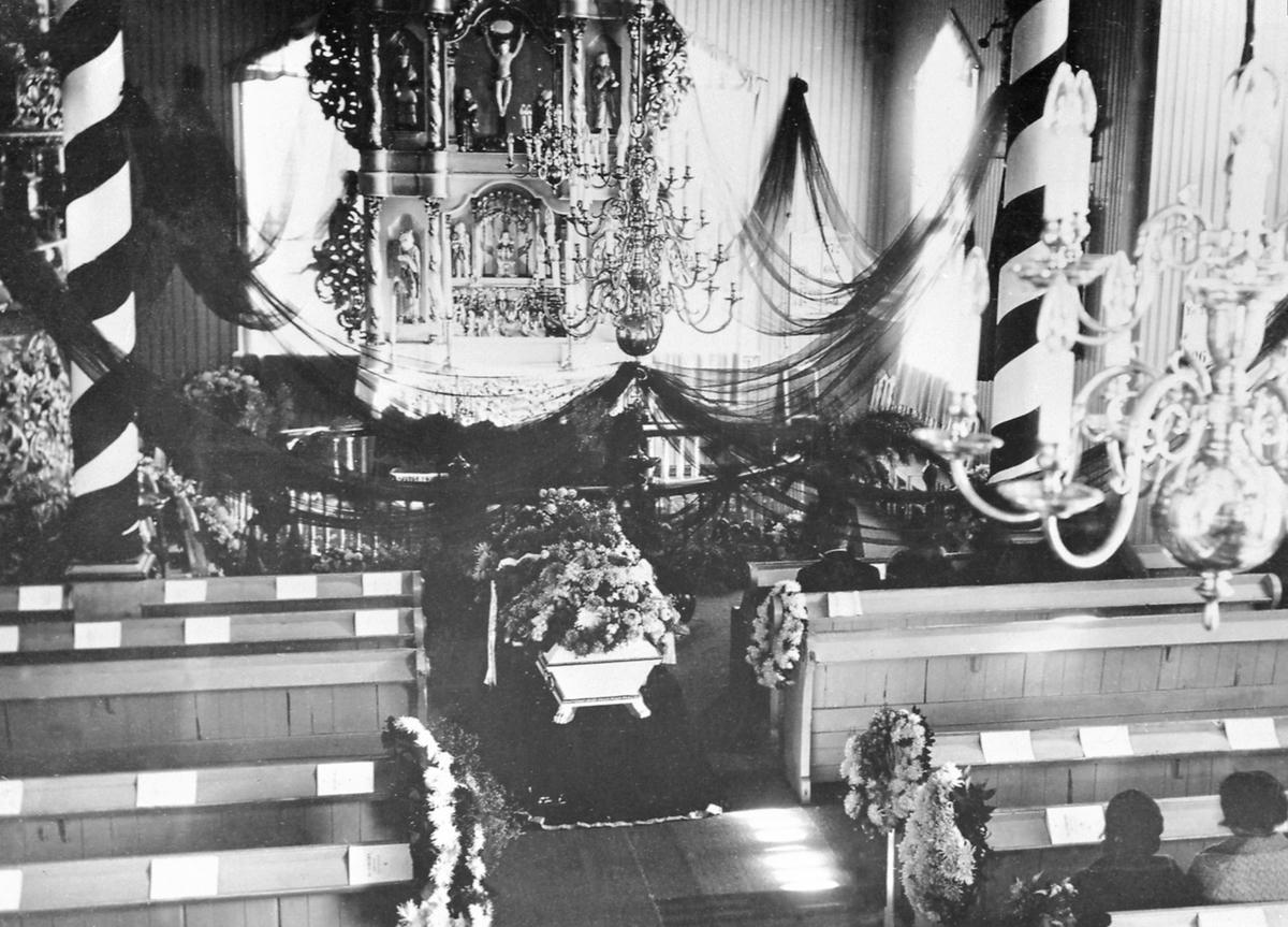 Begravelse. Veldre kirke pyntet med svarte girlandere. Pyntet kiste. Ole Hansen Storlien (1.1.1866-12.9.1935).