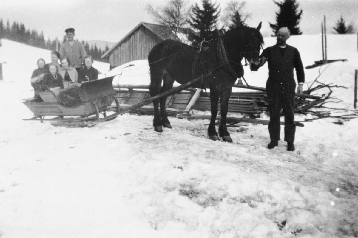 Hest med slede full av folk på Sørum østre, Veldre, Ringsaker.. Johannes Høisveen med hesten. Bak er Håkon Høisveen. Fra venstre i sleden er Signe, Kristine, Alma, Anne, Kirsten.