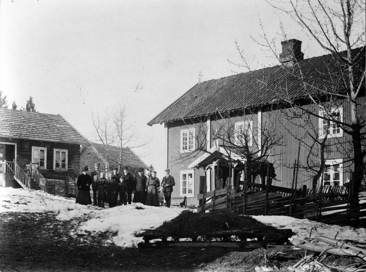 Familien på tunet i Øvern, Stavsjø, Hedmark. Garden ble fraflyttet den 2. april 1911 og senere revet.