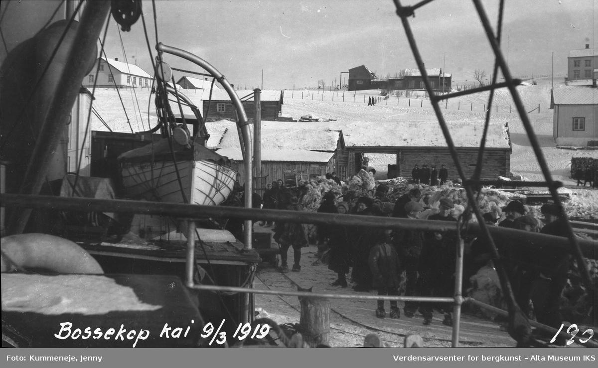 Folkemengde ved Bossekop brygge. Bygninger i bakgrunn, 1919.