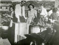 Hjalmar Bellika står på kaia i lag med kone og datteren Ninn