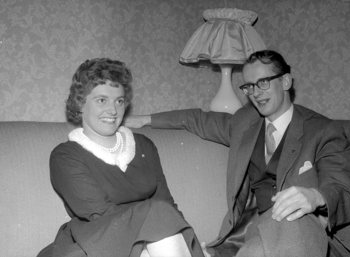 FORMANN I UNGE HØYRES LANDSSTYRE, JAN P. SYSE PÅ BESØK I HAMAR. HER I SAMTALE MED ANNIE STEEN, FORMANN I HAMAR UNGE HØYRE. (HS 31. MARS 1960) KOMMUNE: HAMAR DATO:30. 03. 1960. FOTO:EGIL M. KRISTIANSEN