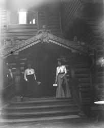 Damer utenfor Holmenkollen turisthotell