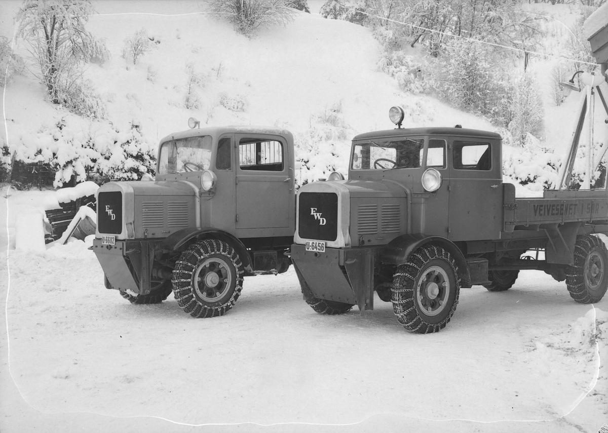 Fem FWD lastebiler påmontert fester for plog (?) ved veivesenets garasjer i Osloveien.