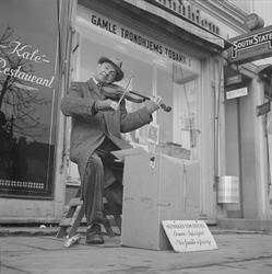Gatemusikant utenfor Gamle Trondhjem