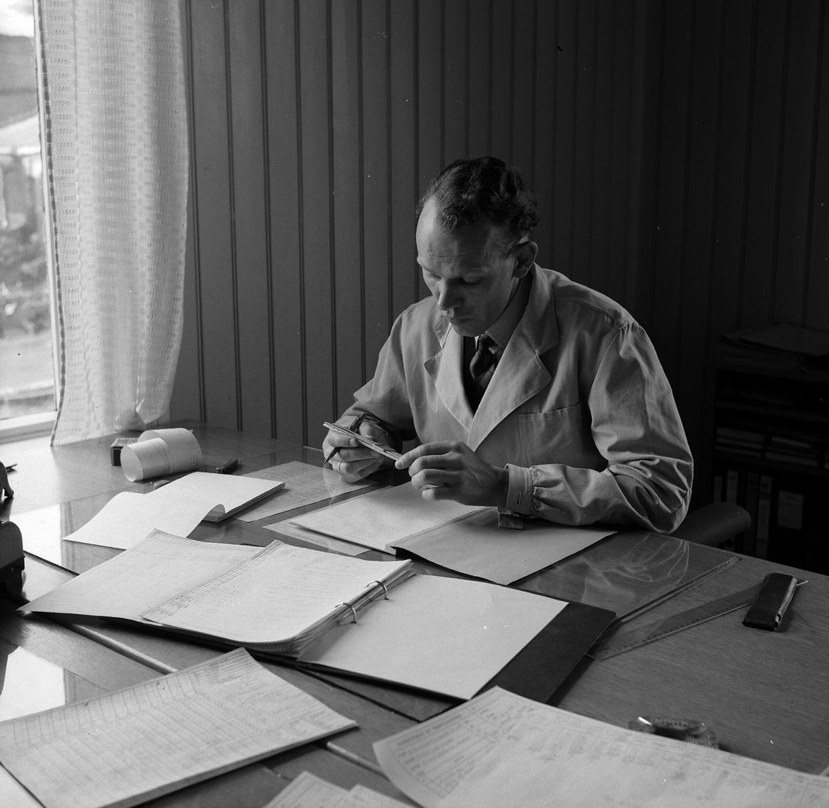HAMAR JERNSTØPERI OG MEK. VERKSTED, HAM-JERN, THOMASSEN VED KONTORPULT, 1953.