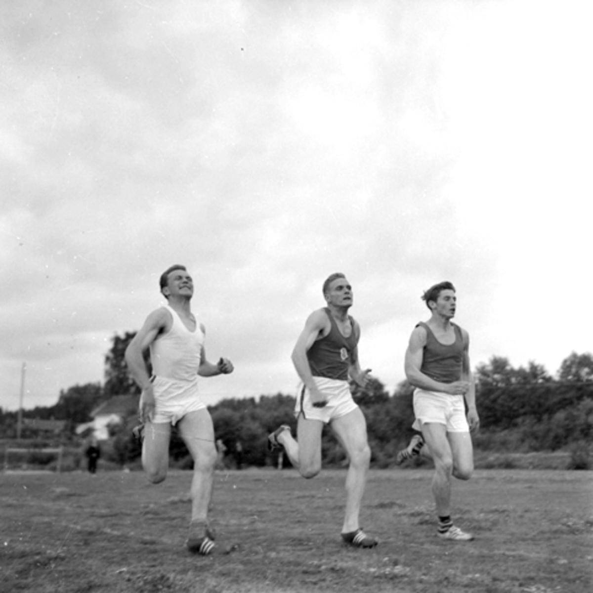 Veldre Idrettslag, ukjent, Odd Haakensveen, Sigbjørn Eidsvoll. Friidrett.