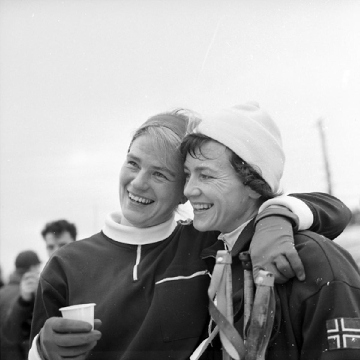 Barbro Martinsson, Sverige (til venstre), ski, langrenn. Den andre er ukjent.