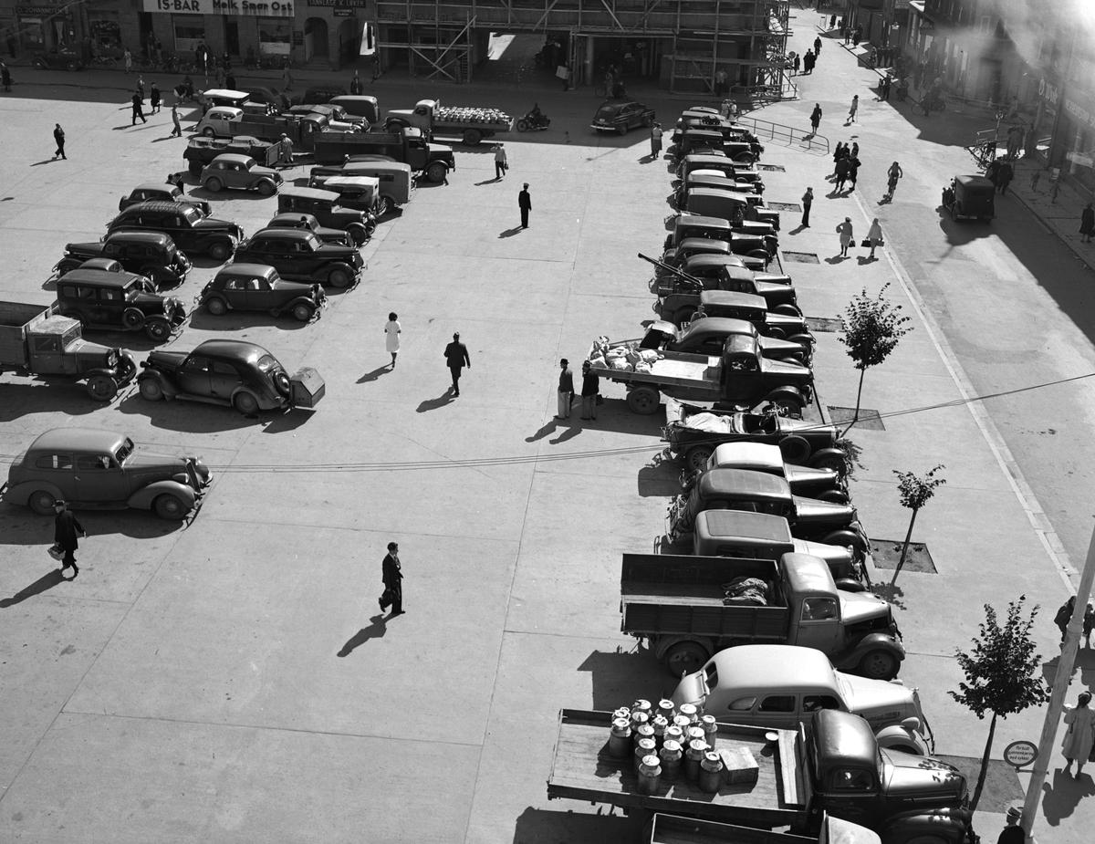 Østre torg, Hamar, parkeringsplass, personbiler, lastebiler. Foto Normann 02. 10. 1948.