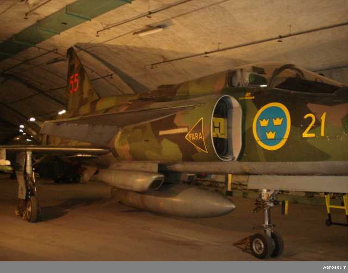 Röd 55 F 21. Utrustad med vapen m.m.
