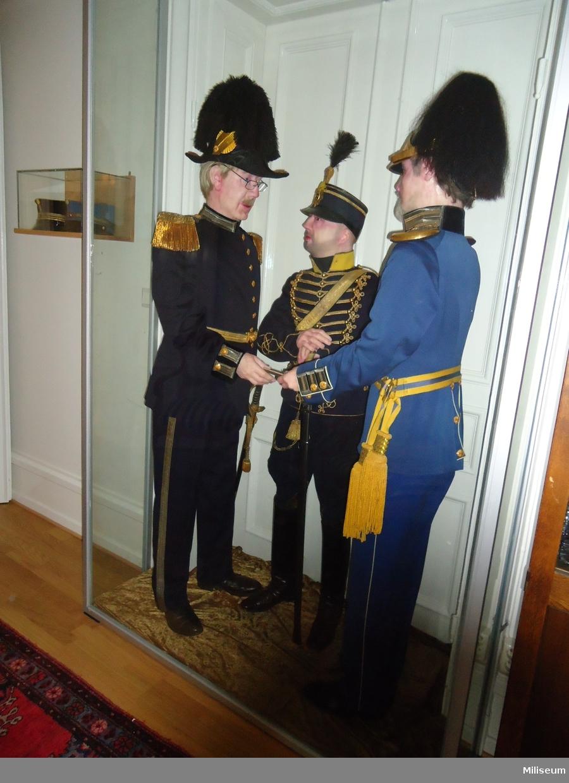 Uniform m/1895 för underlöjtnant vid Smålands Husarregemente, K 4, utrustad i stor paraddräkt, med sabel.