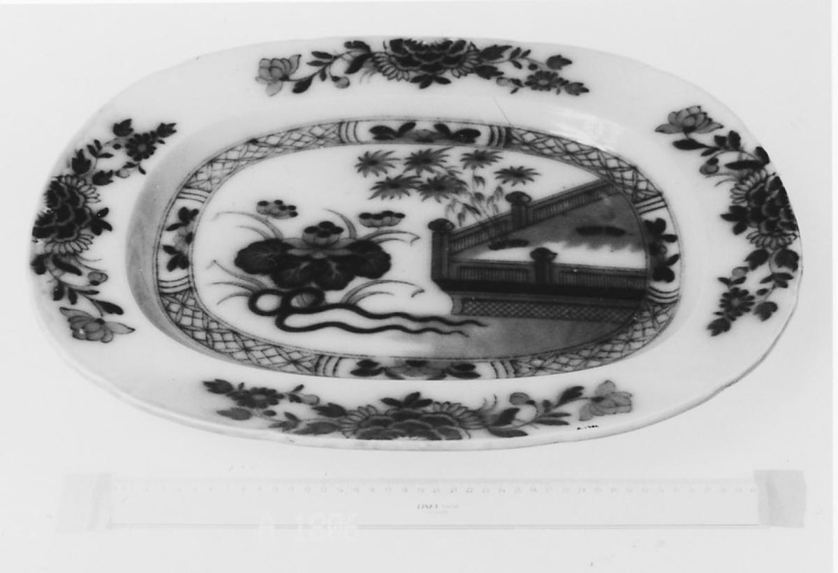 Kant med 4 blomstergrener.I midten store blomst Innhegning bord.