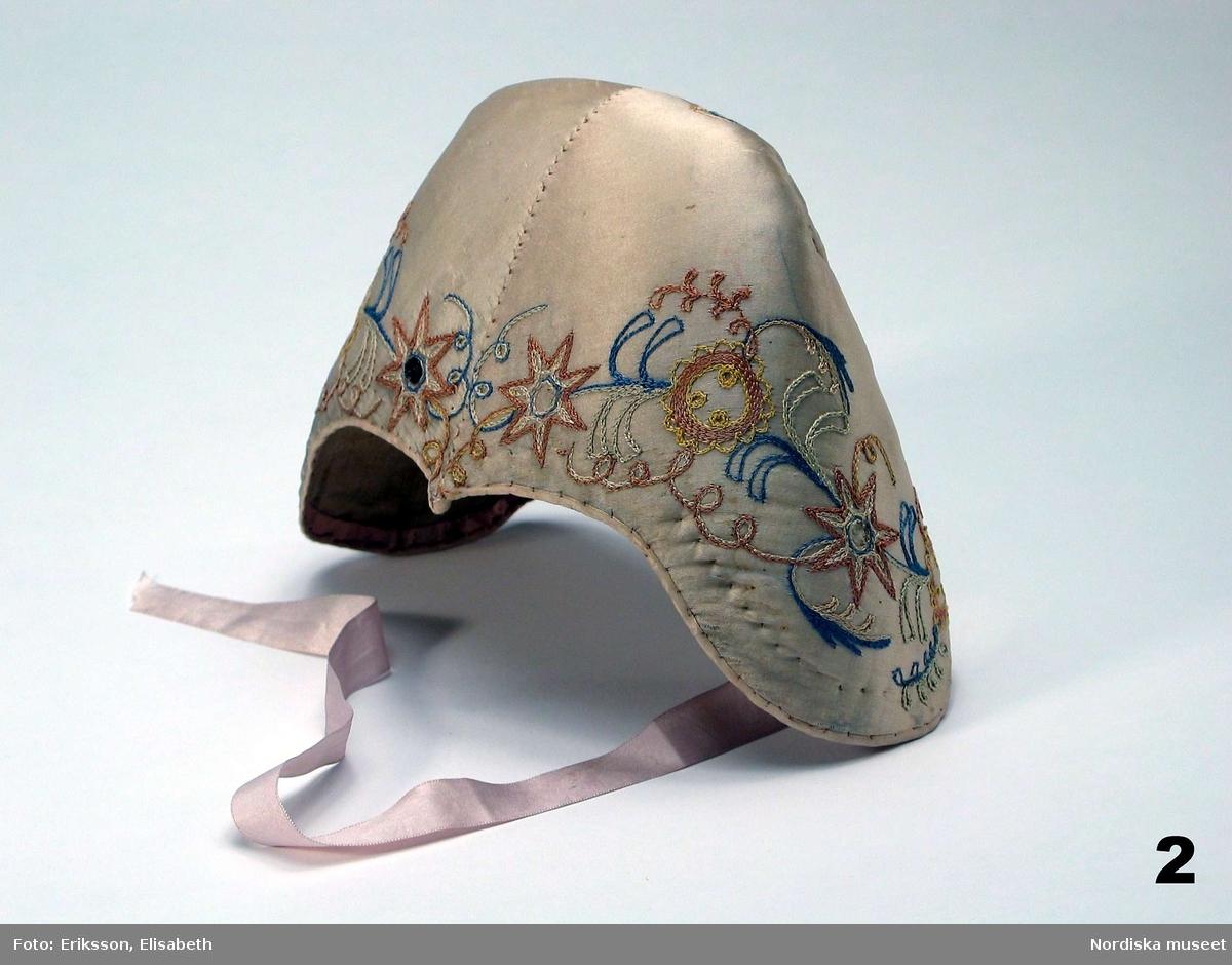 Denna bindmössa det andra föremål som Nordiska museets grundare, Artur Hazelius, samlade in. Bindmössan blev under 1800-talet vanlig i allmogens kvinnliga dräktskick. Folkdräkterna stod i fokus för Hazelius intresse för allmogekulturen. De ansågs spegla den nationella kulturens särart.