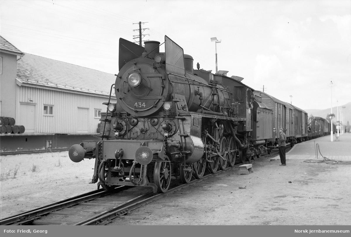 Damplokomotiv type 26c nr. 434 med sørgående godstog på Koppang stasjon