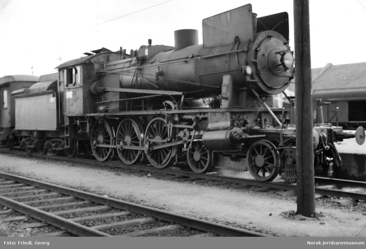 Damplokomotiv type 30a nr. 258 foran persontog til Larvik på Drammen stasjon