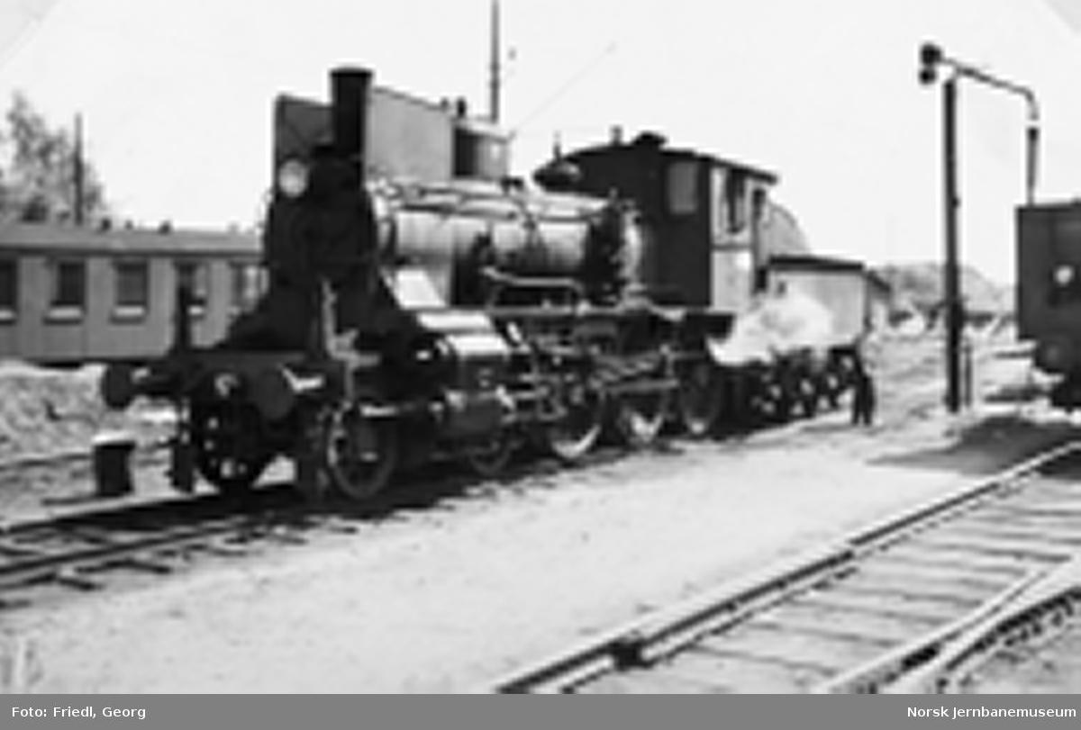 Damplokomotiv type 27a nr. 234 på Ski stasjon, etter å ha ankommet med persontog fra Sarpsborg