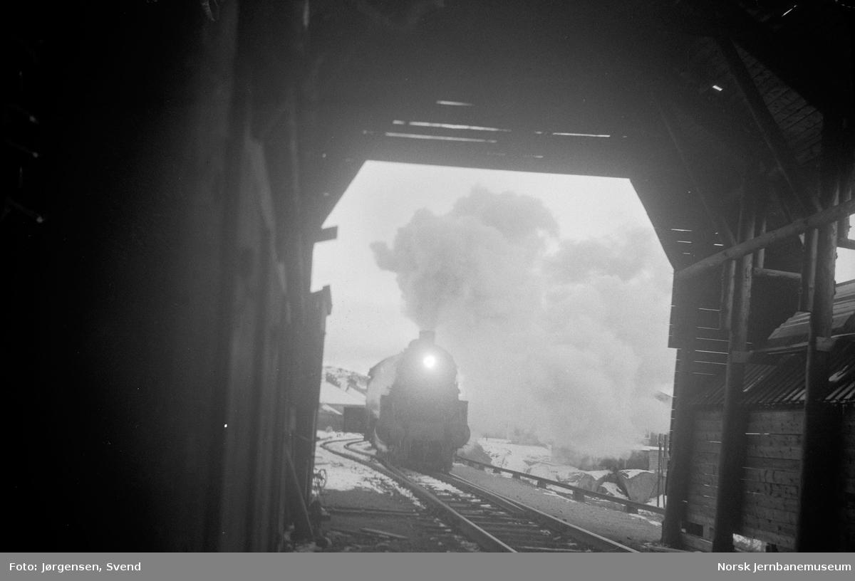 Finse stasjon med snøoverbygg og damplokomotiv
