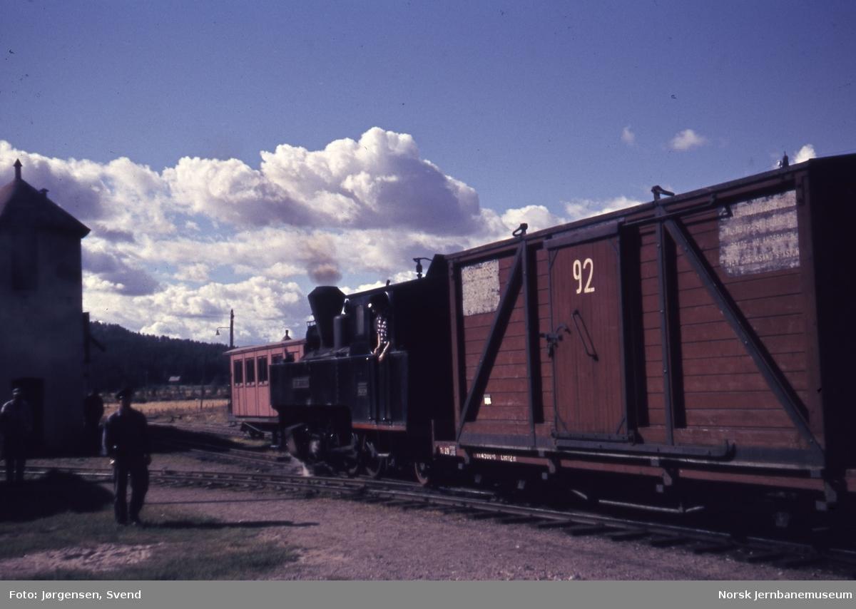 Damplokomotiv foran blandet tog på Bjørkelangen stasjon