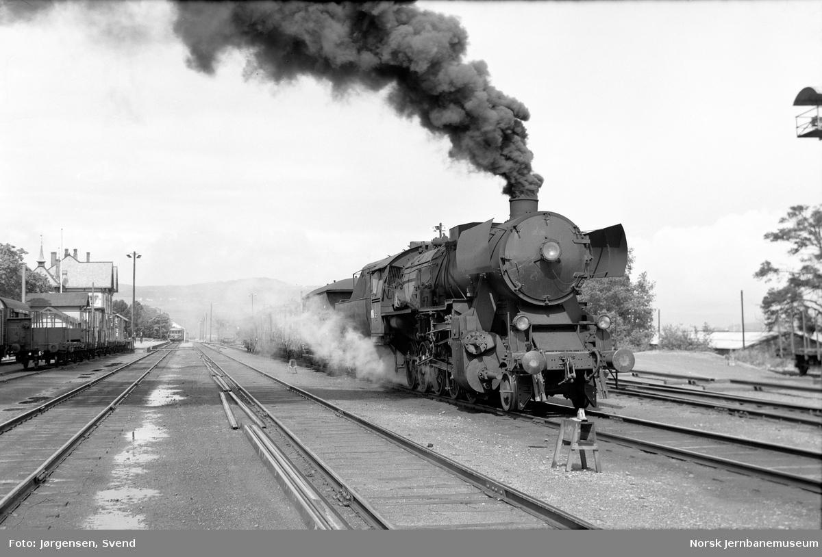 NSB damplok type 63a nr. 5573 foran godstog på Gjøvik stasjon