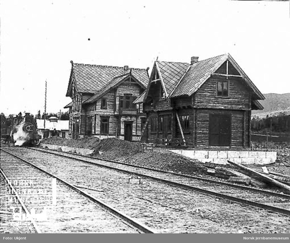 Moelv stasjon med stasjonsbygning og uthus under bygging