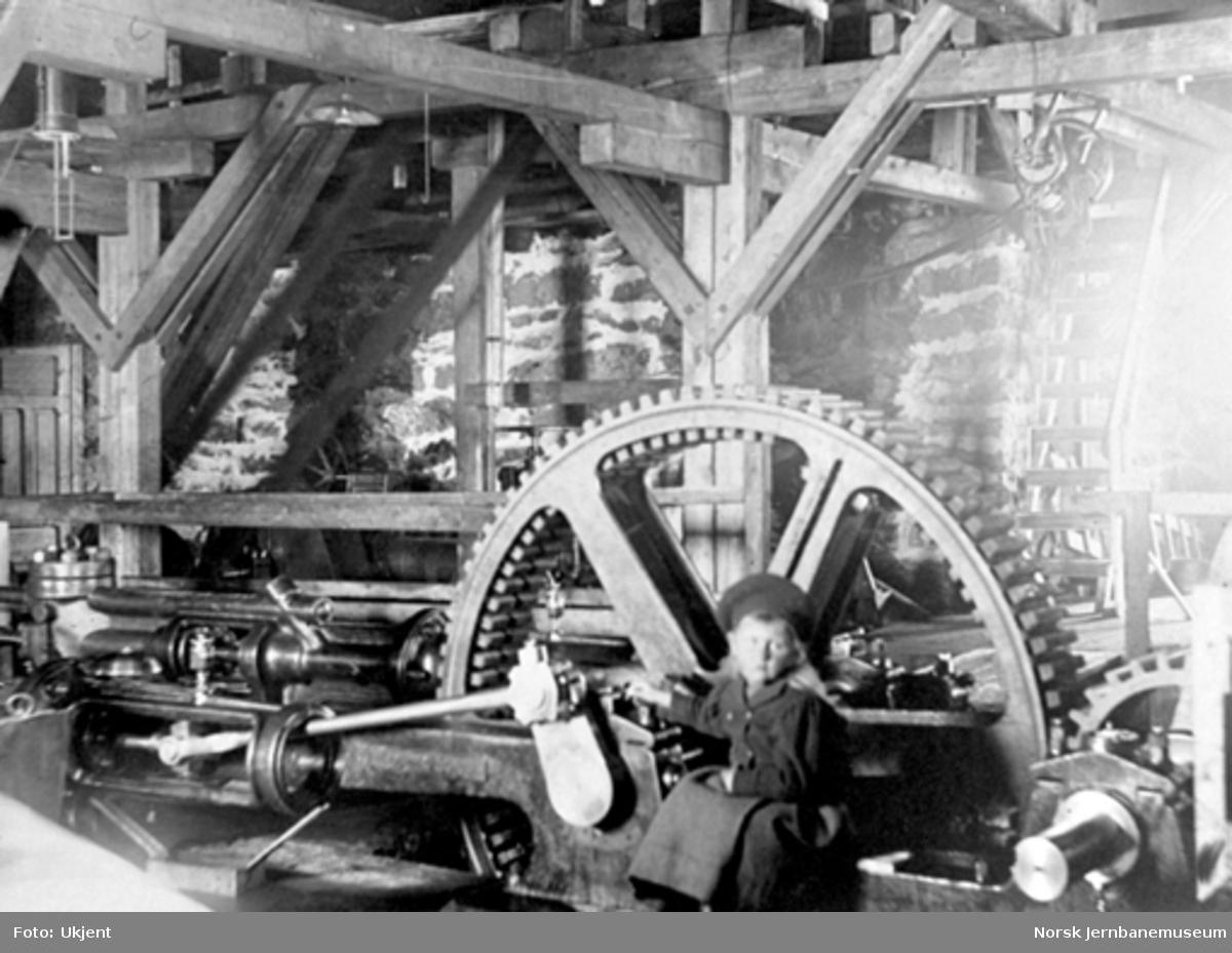 Anlegget av Gravehalsen tunnel; interiørbilde fra maskinhuset på vestsiden