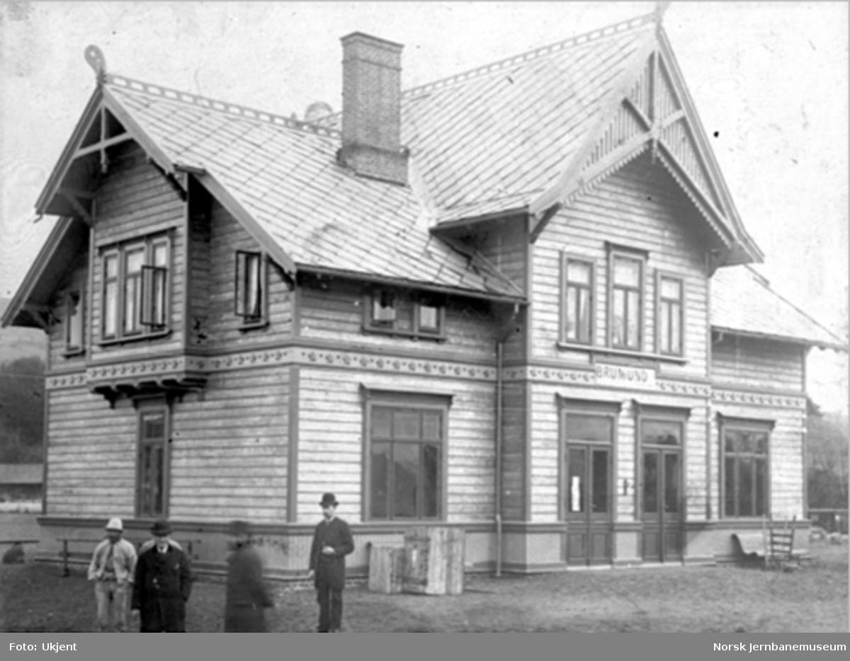 """Brumunddal stasjonsbygning med stasjonsskilt """"Brumund"""""""