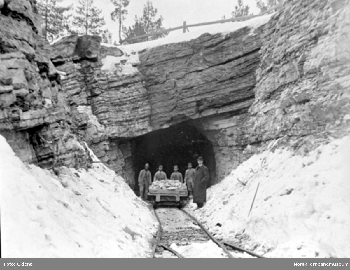 Arbeidslag med steintralle i tunnelåpning på Brevikbanen