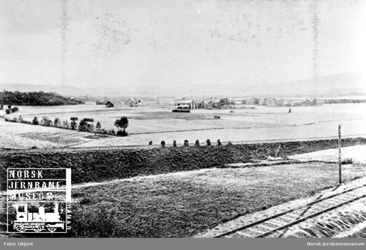 Utsikt over Verdal med jernbanesporet i forgrunnen