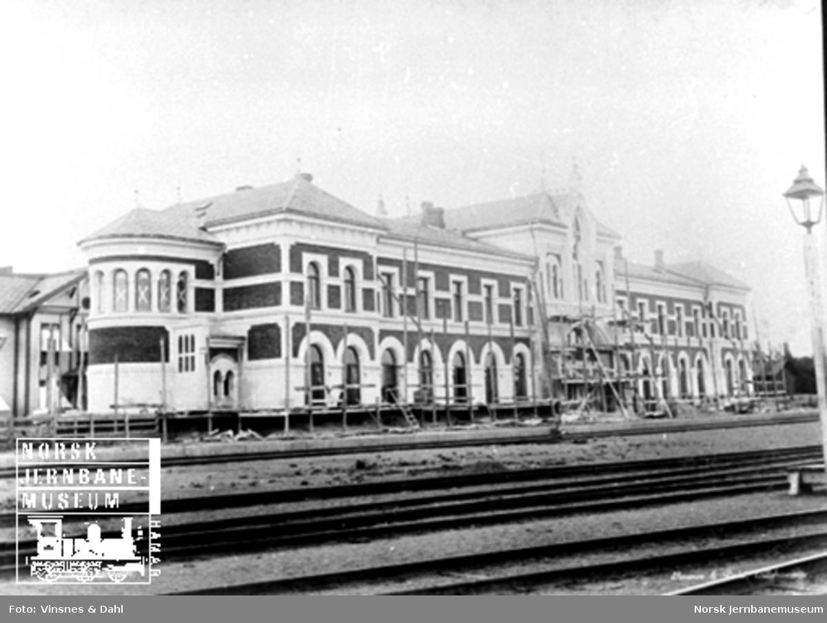 Hamar stasjonsbygning under bygging; bygningen er på det nærmeste ferdig