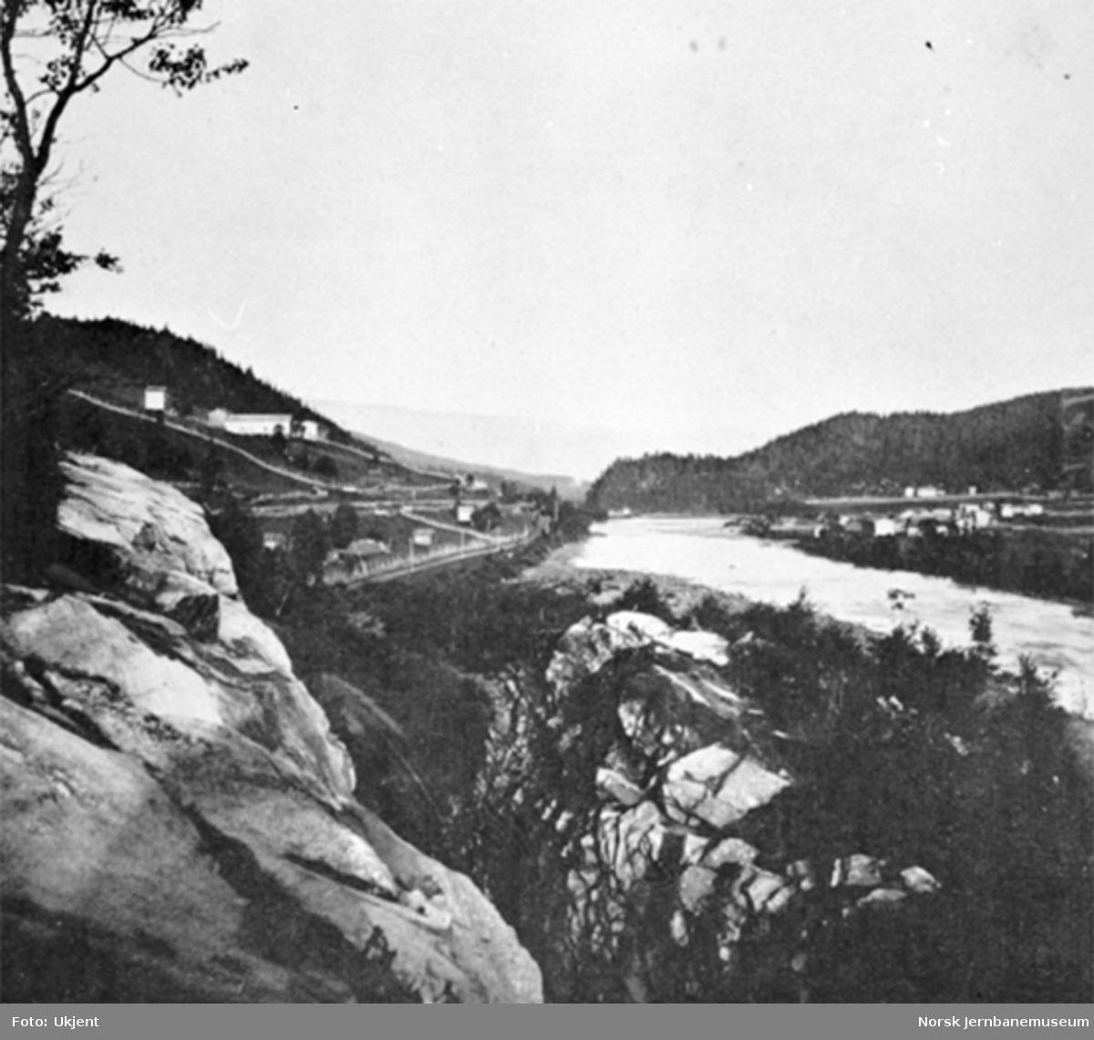 Jernbanelinjen mellom Gildset og Flatberg med Gaula nede i dalen