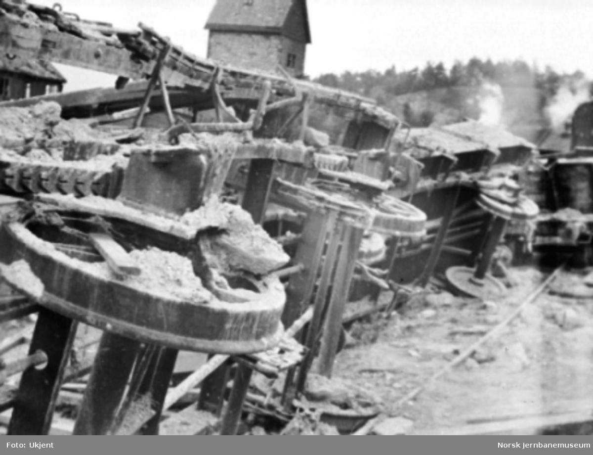 Dombås stasjon etter bombingen i 1940; ødelagte vogner